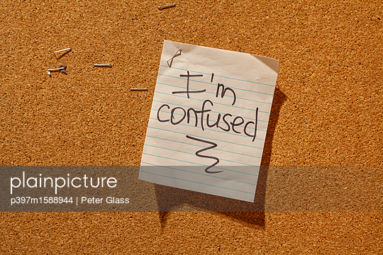 """Notiz auf einer Pinnwand """"Ich bin verwirrt"""" - p397m1588944 von Peter Glass"""