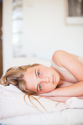 Girl looking at camera - p312m1187699 by Christina Strehlow