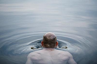 Man drowning - p966m668655 by Tobias Leipnitz