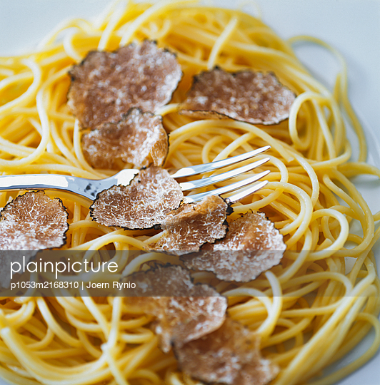 Spaghetti with truffle - p1053m2168310 by Joern Rynio