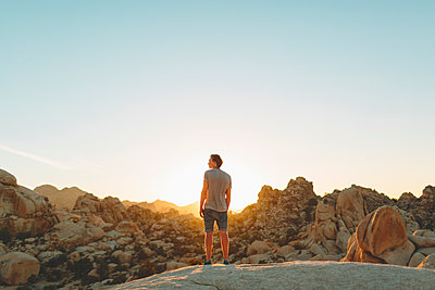 USA, California, Man looking at view in Joshua Tree National Park - p352m1350122 by Eija Huhtikorpi
