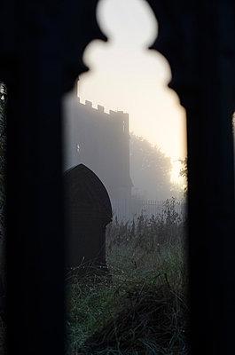 Friedhof im Nebel - p794m883322 von Mohamad Itani