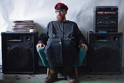 Mann vor Musikanlage - p906m946037 von Wassily Zittel