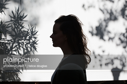Silhouette Frau - p1308m2126477 von felice douglas