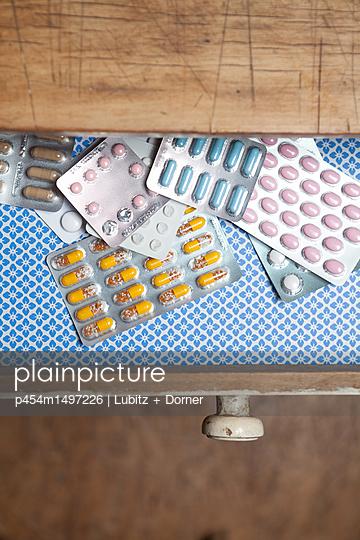 Viele Tabletten - p454m1497226 von Lubitz + Dorner