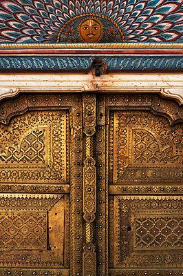 Goldene Tür in Jaipur - p1259m1111436 von J.-P. Westermann
