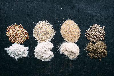 Pseudocereals and flour, Buckwheat, Quinoa, Amaranth, Hemp - p300m1460091 by Ina Peters