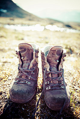 Pair of dirty hiking boots on land - p426m844644f by Katja Kircher