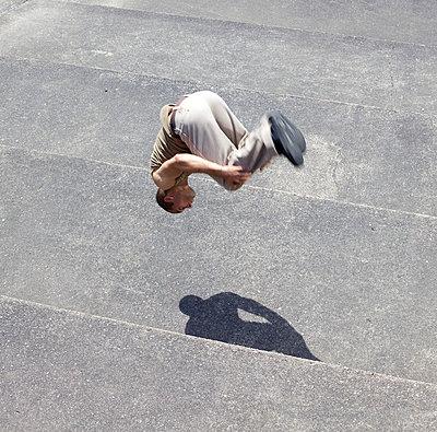 Strong man floating - p5861960 by Kniel Synnatzschke