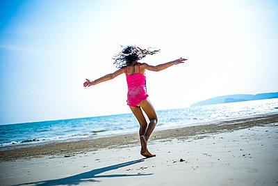 Mädchen tanzt am Meer - p680m1511697 von Stella Mai