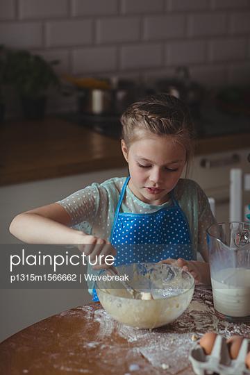 Little girl preparing cookies in kitchen at home - p1315m1566662 by Wavebreak