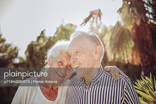 Senior couple, portrait - p713m2283575 by Florian Kresse