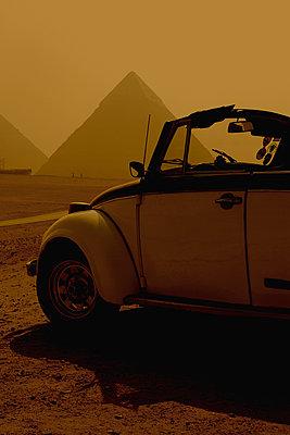 Volkswagen Beetle, Giza, Egypt - p1028m2002105 von Jean Marmeisse