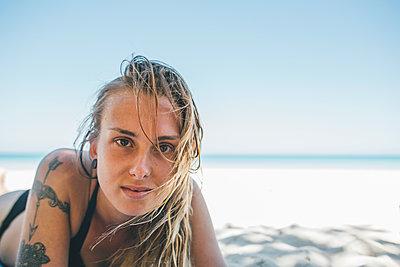 Cuba, Varadero Beach, Young woman with tattoo on the beach - p300m1568045 von Gustafsson