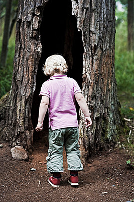 Boy at tree - p4268030f by Ulf Börjesson