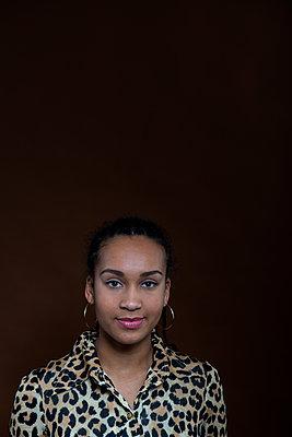 Afrikanerin im Leopardenkleid - p427m1355195 von Ralf Mohr