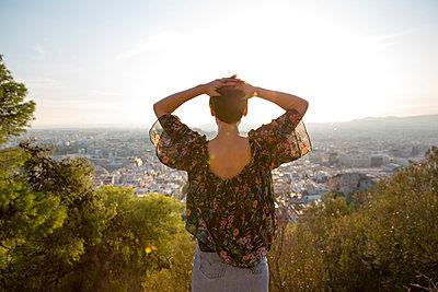 Frau blickt auf Athen - p432m1511001 von mia takahara