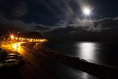 Strasse am Meer - p979m1072046 von Sabine Skiba