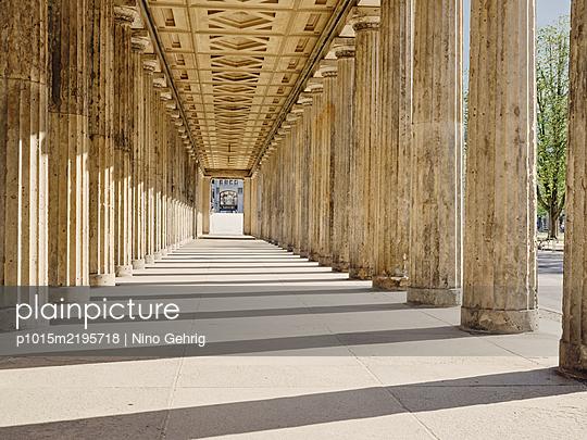 Deutschland, Berlin, Säulengang  - p1015m2195718 von Nino Gehrig