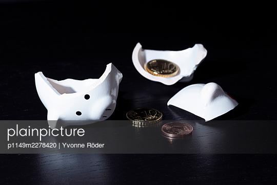 Broken piggy bank - p1149m2278420 by Yvonne Röder