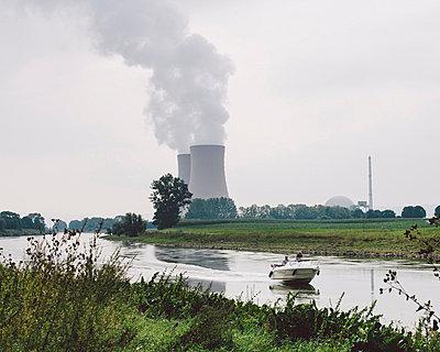 Landschaft mit Kernkraftwerk - p1085m854190 von David Carreno Hansen