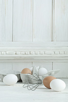 White and brown eggs, wire whisk on wood - p300m1587520 von Achim Sass