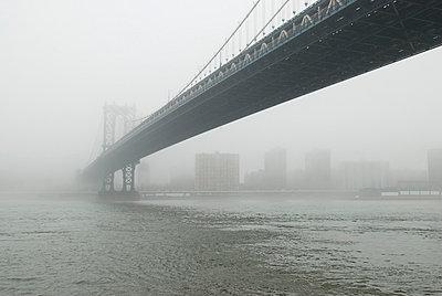 Manhattan Bridge und East River - p5690151 von Jeff Spielman