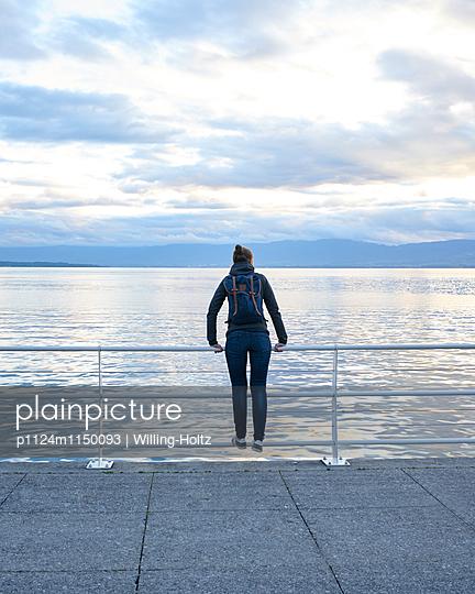 Frau blickt auf den Genfer See - p1124m1150093 von Willing-Holtz