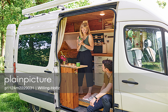 Paar im Wohnmobil - p1124m2229031 von Willing-Holtz