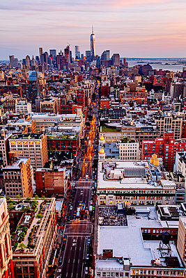 Aerial view of New York cityscape, New York, United States - p555m1410981 by Inti St Clair