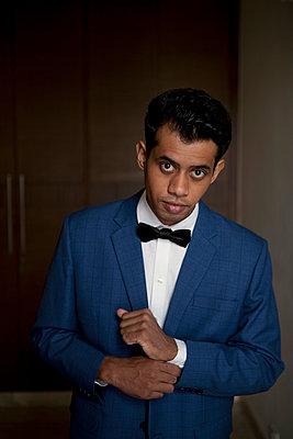 Young man wearing suit - p817m2008019 by Daniel K Schweitzer