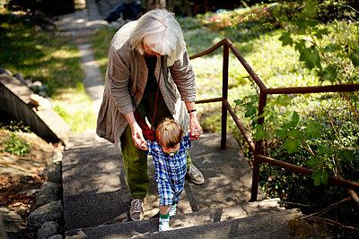 Großmutter mit Enkelkind - p972m1088606 von Felix Odell