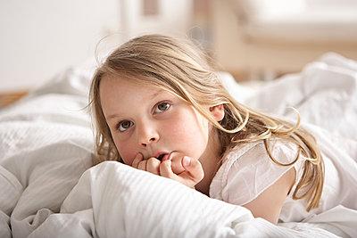 Mädchen überlegt - p1348m1496942 von HANDKE + NEU
