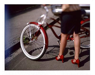 Frau in Nylons vor Retro-Fahrrad - p342m741795 von Thorsten Marquardt
