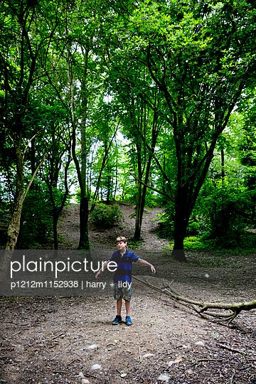 Junge auf der Lichtung im Wald - p1212m1152938 von harry + lidy