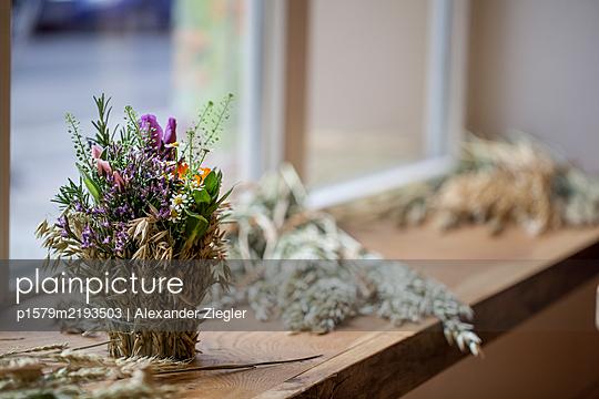 Flower arrangement with oats in a shop window - p1579m2193503 by Alexander Ziegler