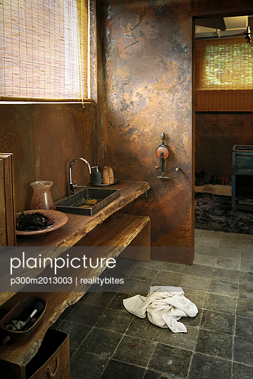 Modern bathroom with corten steel wall cladding - p300m2013003 von realitybites