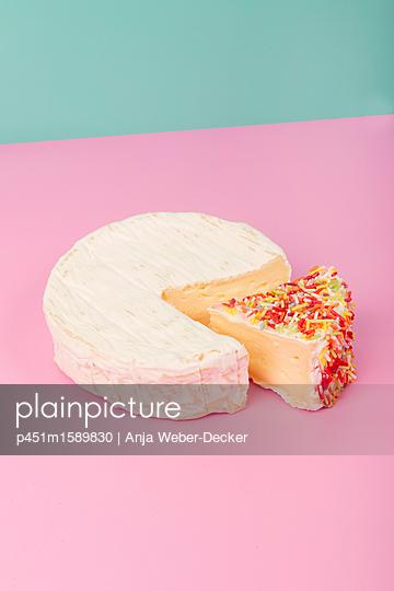 Camembert mit Zuckerstreusel - p451m1589830 von Anja Weber-Decker