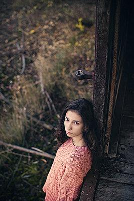 Ernstes Mädchen an einem alten Waggon - p1432m2148299 von Svetlana Bekyarova
