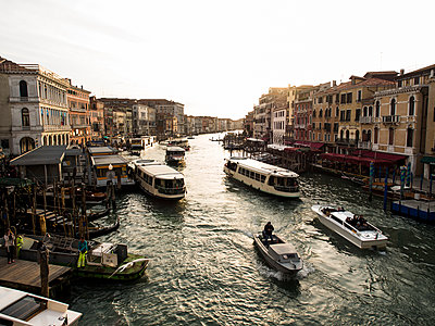 Italy, Venice, traffic on Canal Grande in the evining seen from Rialto Bridge - p300m1487391 by Susan Brooks-Dammann