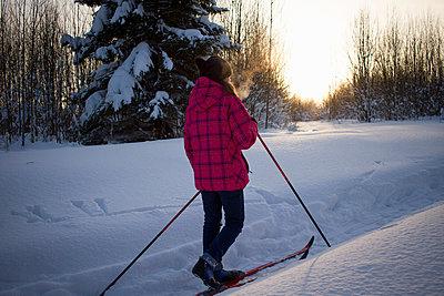 Teenage girl, cross country skiing, rear view, Chusovo, Russia - p429m1417869 by Chuvashov Maxim