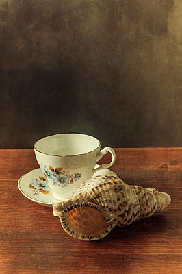 Stillleben; Teetasse mit Muschel - p794m778101 von Mohamad Itani