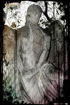 Skulptur eines Engel auf einem Friedhof - p9790345 von Weber-Decker
