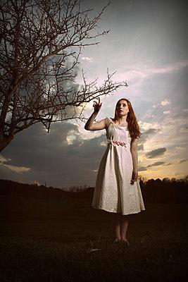 Frau im Sommerkleid - p1019m2141653 von Stephen Carroll