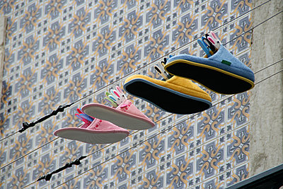 Colourful slippers on the clothesline - p1598m2164164 by zweiff Florian Bier