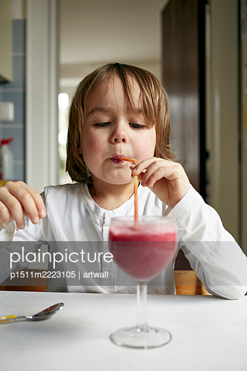 Little boy drinking smoothie - p1511m2223105 by artwall
