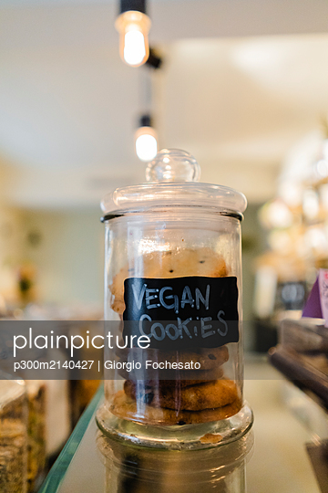 Vegan cookies on counter in a cafe - p300m2140427 by Giorgio Fochesato