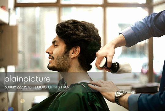 Head of male customer sitting in Barber Shop - p300m2273573 by LOUIS CHRISTIAN