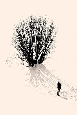 Girl in a snowy contryside - p1072m899634 by Laurence Chellali