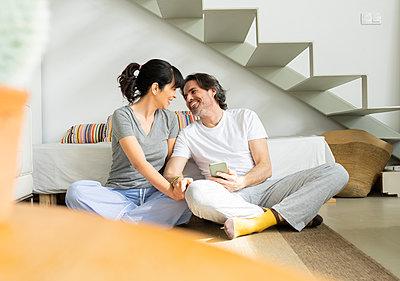 Happy couple enjoying leisure time at home - p300m2277239 by Jose Carlos Ichiro